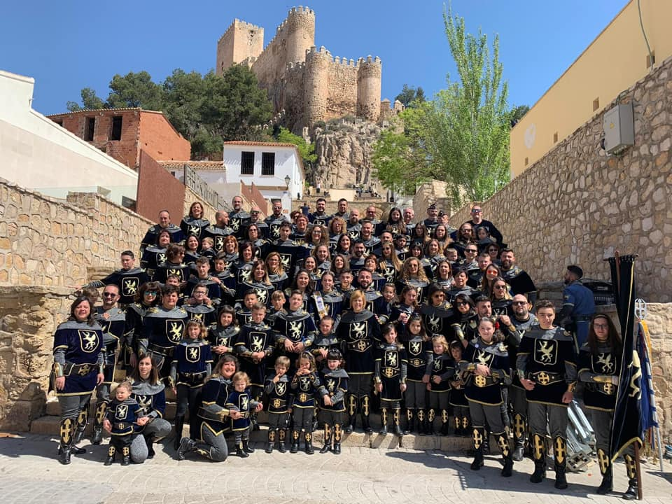 Los Almogávares posan en las escaleras del Castillo de Almansa | Facebookianas de Almansa | Facebook