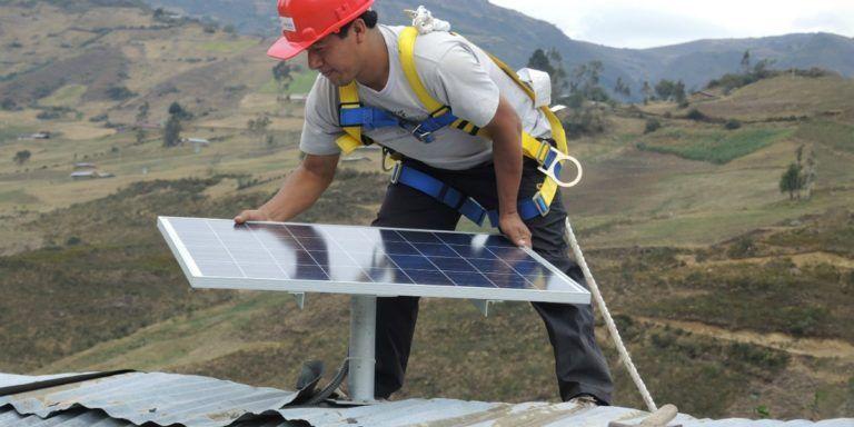 Operador trabajando en una instalación de energías renovables, en Latinoamérica   Acciona