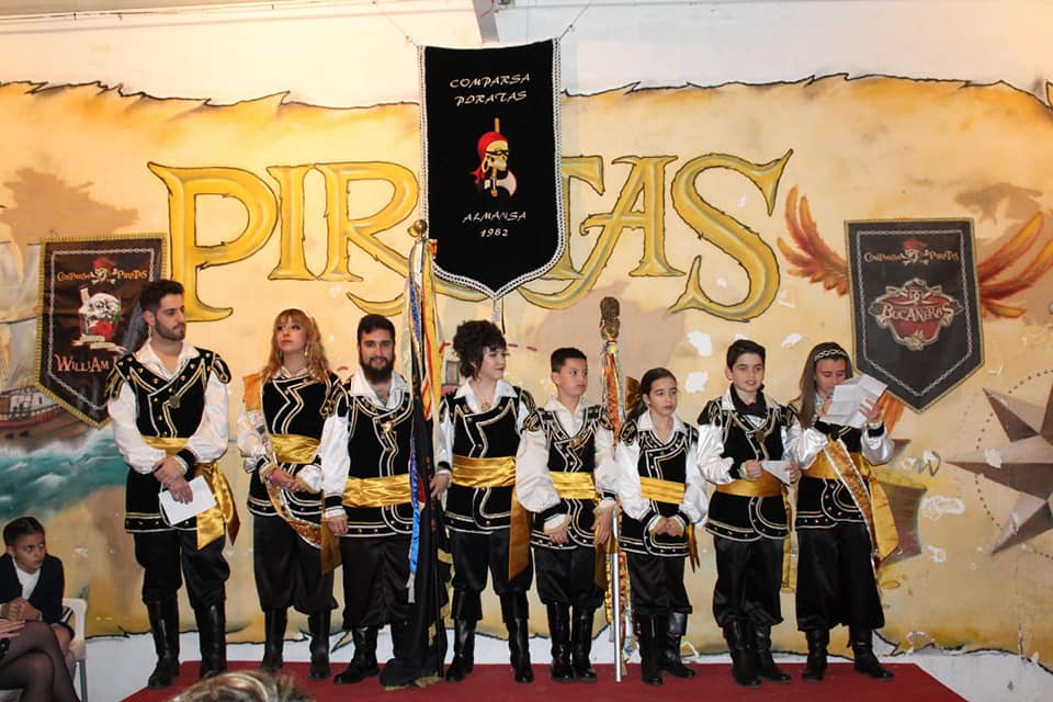 Los Piratas de Almansa cambian su bandera, en la sede de su comparsa | Facebook