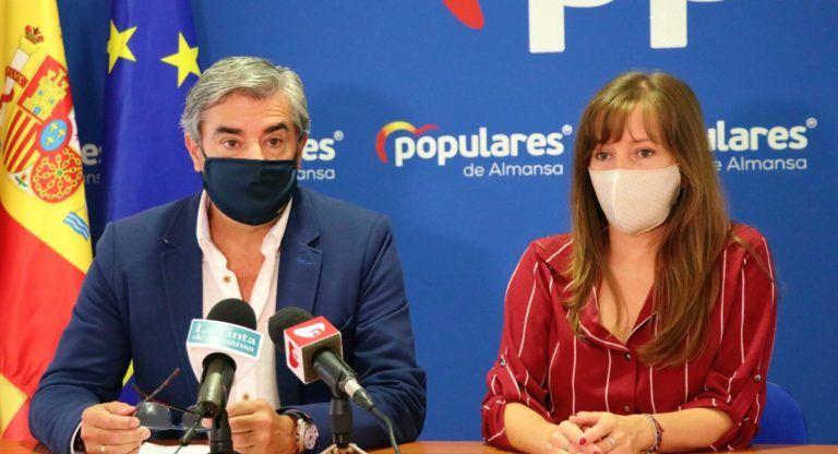 Ramón Rodríguez y Tania Andicoberry en la nueva sede del PP Almansa