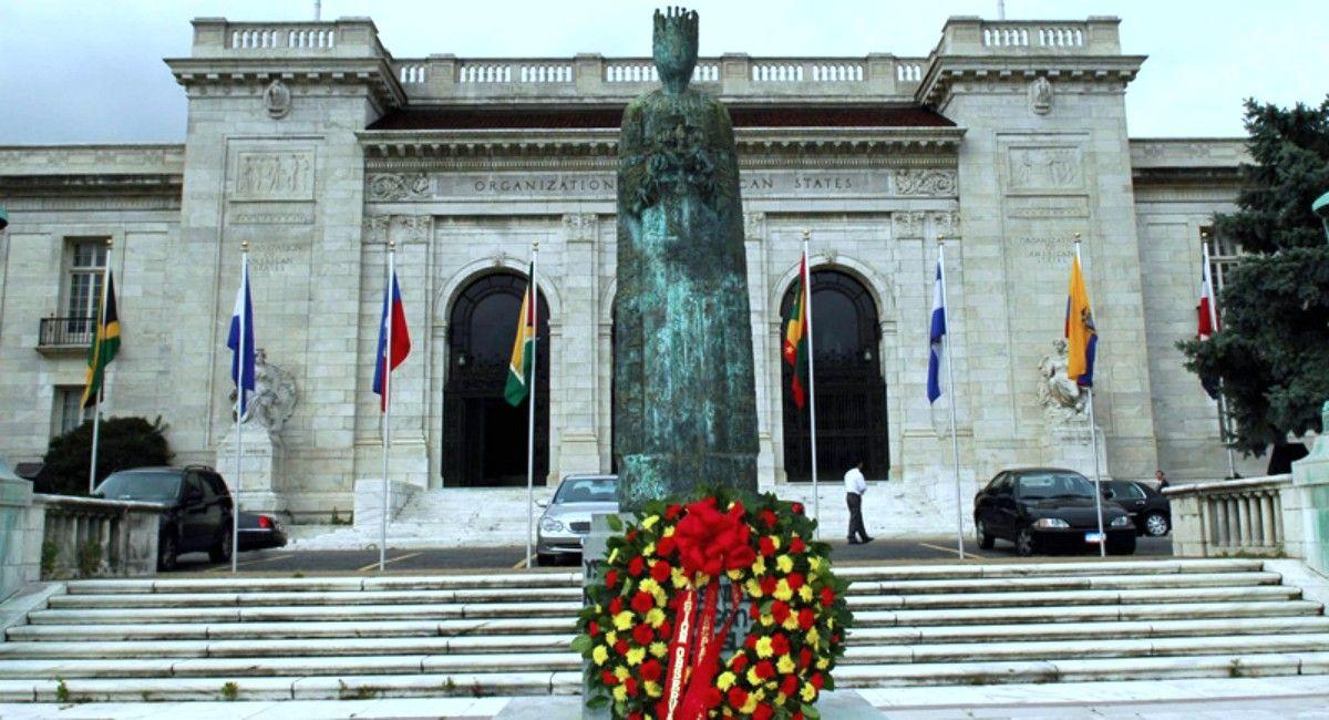 Ofenda froral a Isabel la Católica durante un Día de la Hispanidad (Washington)
