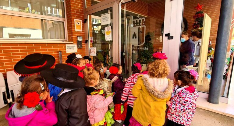Los niños del José Lloret visitan la residencia pública de Almansa