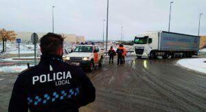 Un centenar de camiones, parados en Almansa al no poder circular por la A-31