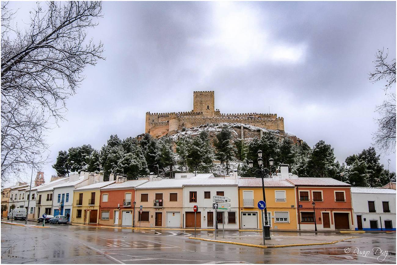 Castillo de Almansa con nieve, por Paulino Ruano Díaz