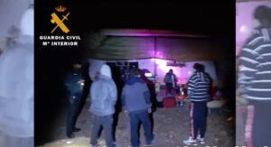 La Guardia Civil interviene en una fiesta ilegal en Almansa con diez personas, alcohol, drogas y ocho altavoces