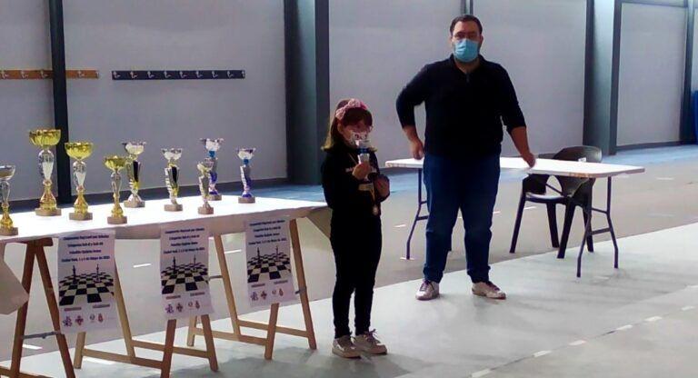 Idaya Monje recoge su premio en el Campeonato Regional de Ajedrez
