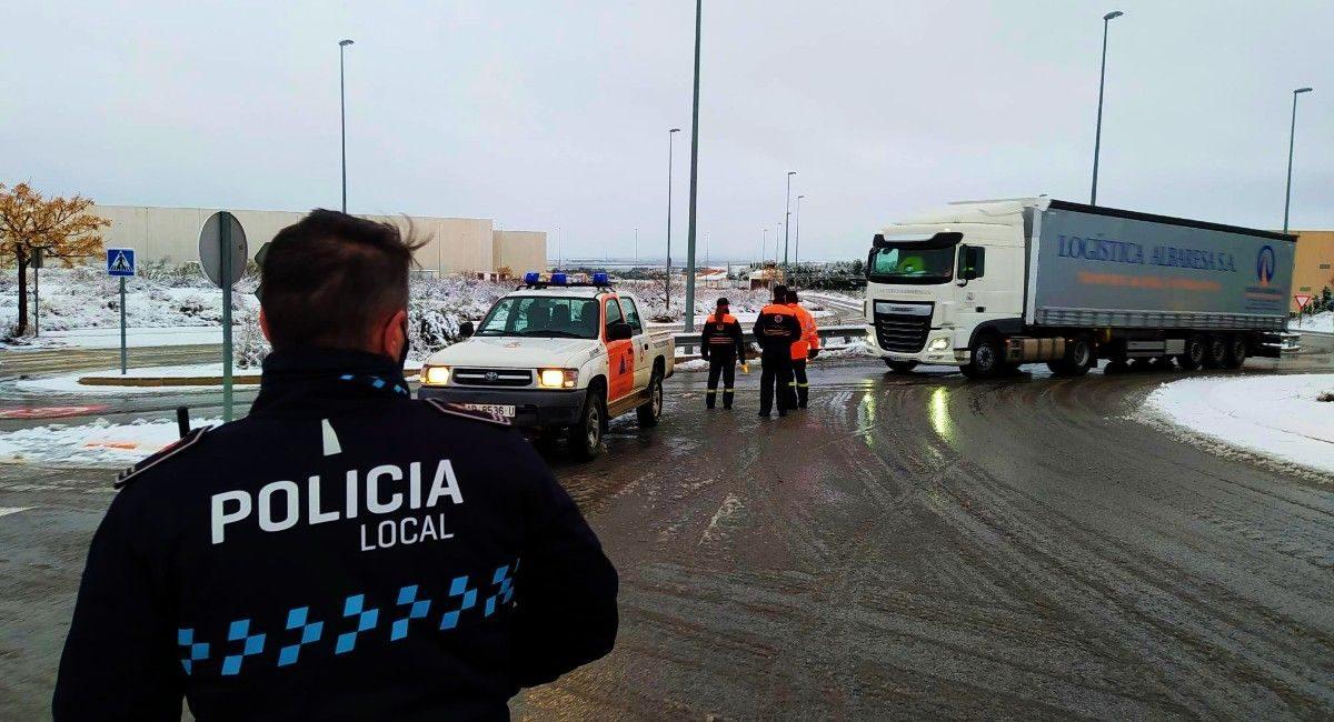 Centenar de camiones en Almansa por la nieve